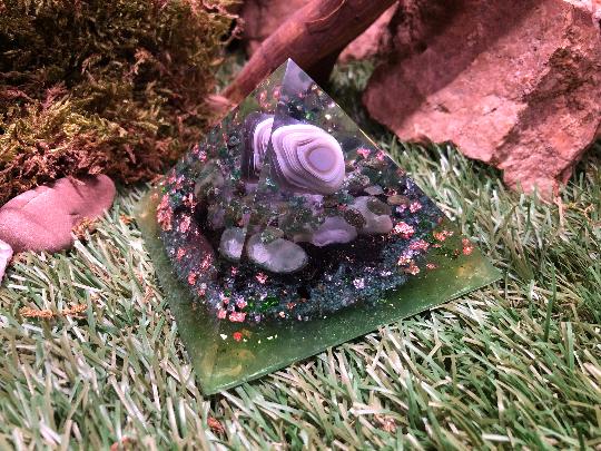 Orgonite pyramidale agate de 9 cm / aventurine verte / tourmaline noire / cristal de roche / feuilles de cuivre / métaux