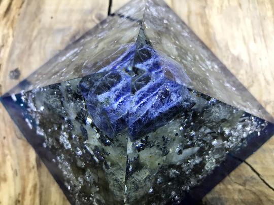 Orgonite pyramidale sodalite brute de 12 cm / morceaux d'hematite brute / galène brute / morceaux shungite brute / cristal de roche / feuilles d'argent / petites pièces métalliques / métaux
