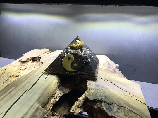 Orgonite pyramidale pierre oeil de tigre de 12 cm / cristal de roche / symbole Yin & Yang / copeaux de bronze / zinc / poudre métallique