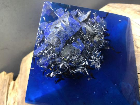 Orgonite pyramidale lapis-lazuli brut de 12 cm / cristal de roche / poudre métallique / métaux
