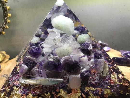 Orgonite pyramidale aigue marine de 14 cm / améthyste chevron / quartz rose / aventurine verte / sélénite / nacre abalone / cristal de roche / feuilles argent & cuivre / métaux