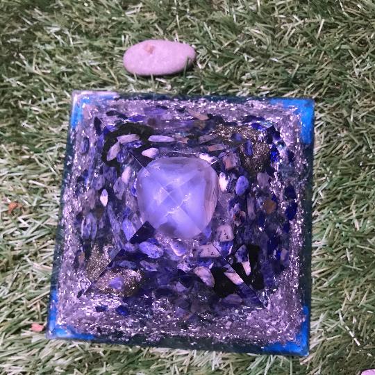 Orgonite pyramidale agate bleue de 14 cm / pyrite / sodalite / shungite brute / cristal de roche / feuilles d'argent / métaux