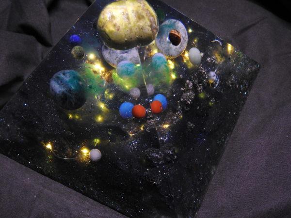 Orgonite pyramidale Opale verte 16cm/Apatite/Agate blanche/Agate arbre