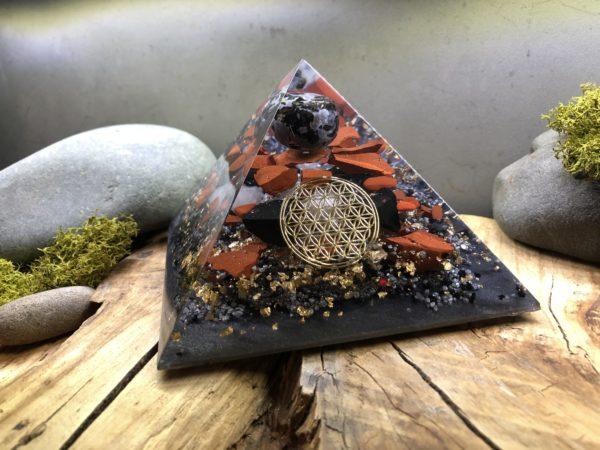 Orgonite pyramidale Merlinite 12 cm Fleur de vie/Jaspe rouge brut/Shungite/Cristal de roche
