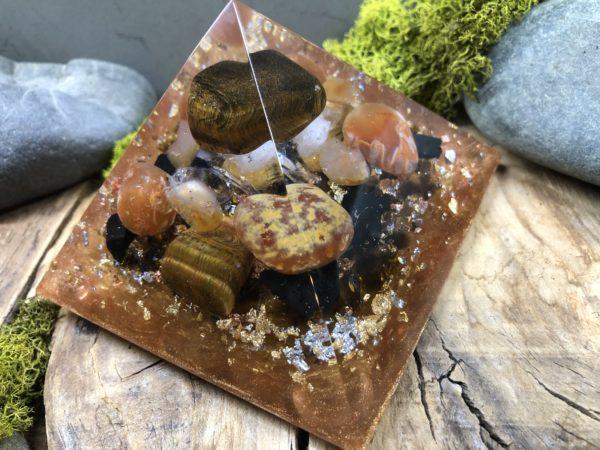 Orgonite pyramidale Oeil de tigre 9 cm /Cornaline/Shungite/Cristal de roche