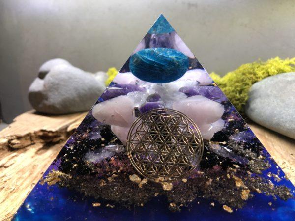 Orgonite pyramidale avec Apatite/Améthyste/Quartz Rose/12 cm