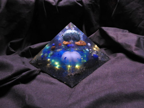 Orgonite pyramidale Apatite 14cm/Angélite/Oeil de tigre/Pyrite