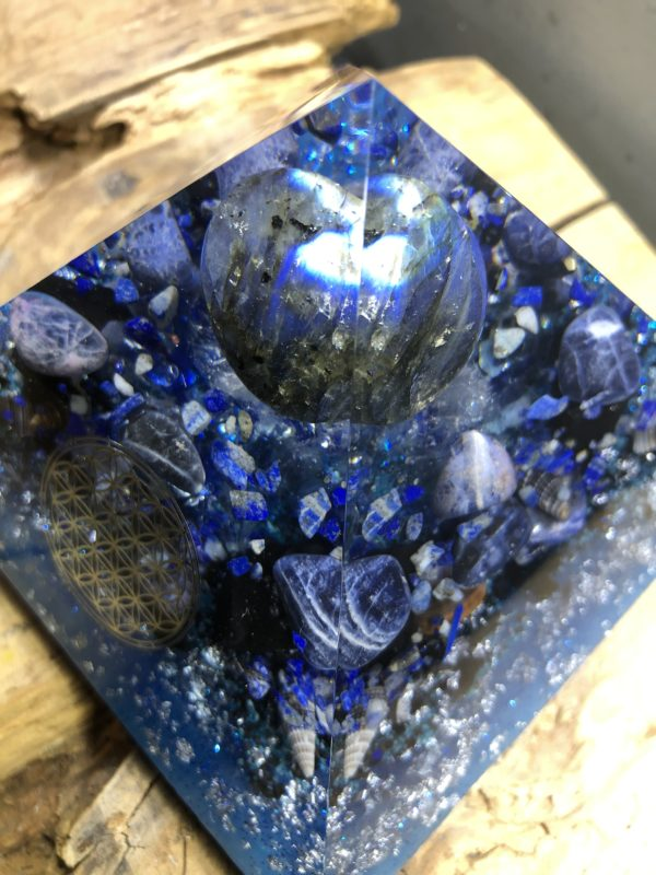 Orgonite pyramidale 12 cm avec Labradorite/Sodalite/Lapis-lazuli/Shungite brute/Cristal de roche