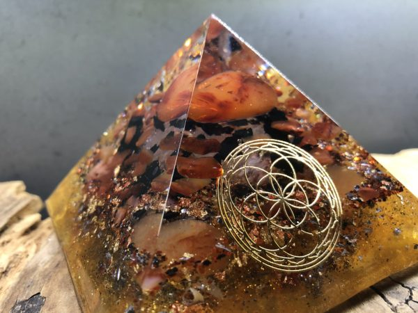 Orgonite pyramidale 9cm avec Cornaline/Shungite/Cristal de roche/graine de vie