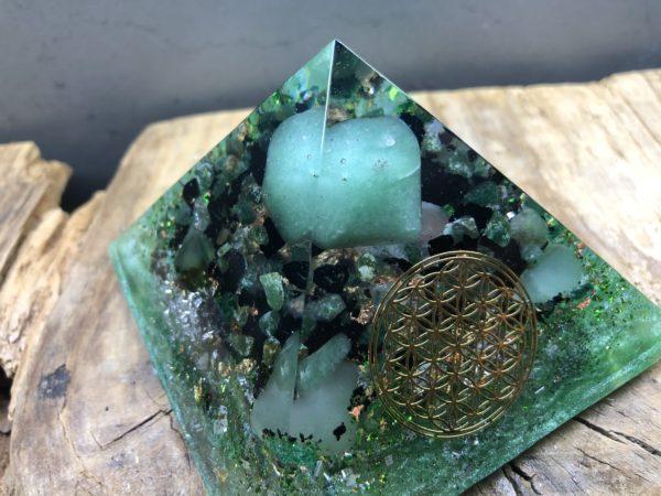 Orgonite pyramidale 9cm avec Aventurine verte/Shungite brute/Cristal de roche/fleur de vie