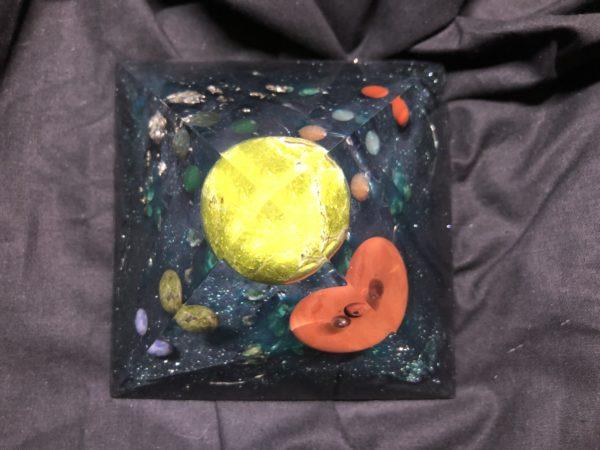 Orgonite pyramidale 12cm avec Opale verte/jaspe rouge/pyrite/cristal de roche