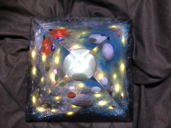 Orgonite pyramidale 18cm avec Amazonite/Angélite/Labradorite/Opaline