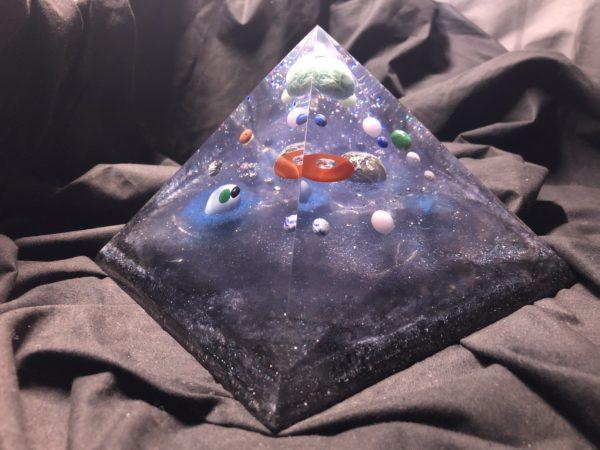 Orgonite pyramidale 20cm avec Amazonite/Labradorite/Angélite/donut Cornaline
